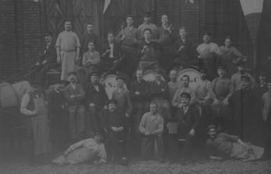 Mitarbeiter der Firma am Löwenhof in Bremen im Jahr 1909.